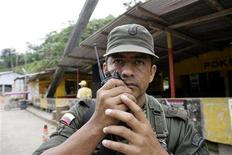 <p>A Colombian soldier talks on a radio at the San Miguel bridge at the Ecuador-Colombia border March 3, 2008. REUTERS/Guillermo Granja</p>