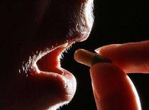 <p>Una donna prende un medicinale. REUTERS/Darren Staples (BRITAIN)</p>