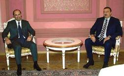 <p>Президент Азербайджана Алиев (справа) и его армянский коллега Кочарян во время встречи в Казани. 28 августа 2005 года. Азербайджан в среду обвинил соседнюю Армению в подстрекательстве вооруженных столкновений вокруг самопровозглашенной республики Нагорный Карабах, что привело к гибели нескольких человек. (REUTERS/Pool)</p>