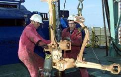 <p>Казахские рабочие на месторождении Карачаганак. 12 июля 2001 года. Азербайджан урегулировал долг Туркмении, оставшийся с 1990-х, что стало новым этапом в восстановлении отношений постсоветских республик, испорченных в 2001 году взаимными претензиями на нефтегазоносный блок на Каспии. (REUTERS/SHAMIL ZHUMATOV)</p>