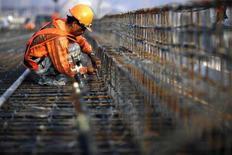 <p>Un lavoratore di acciaio. REUTERS/John Javellana</p>