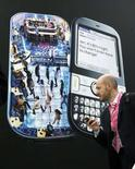 <p>Quelque 23% des utilisateurs de téléphones mobiles aux Etats-Unis ont consulté un message publicitaire sur leur combiné au cours des trente derniers jours et environ la moitié d'entre eux ont répondu, selon une étude du cabinet Nielsen. /Photo prise le 11 février 2008/REUTERS/Albert Gea</p>