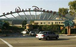 <p>Disney employees arrive in their cars for work at the entrance to the Walt Disney Co. and Walt Disney Studios in Burbank, California July 19, 2006. REUTERS/Fred Prouser</p>