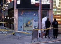 <p>Policiais trabalham em volta da estação de recrutamento militar na Times Square depois que uma explosão danificou a frente do prédio em Nova York. A polícia de Nova York informou nesta quinta-feira que uma pequena explosão causou reduzido dano a um centro de recrutamento do Exército na região da Times Square, em Nova York, sem deixar feridos. Photo by Chip East</p>