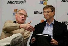 <p>Основатель корпорации Microsoft Билл Гейтс (справа) уступил первое место в списке самых богатых бизнесменов в мире Уоррену Баффету. 21 мая 2003 года. REUTERS/Anthony P. Bolante</p>