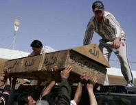 <p>Homens carregam o caixão de uma vítima morta no ataque à bomba na noite de quinta-feira. Dois atentados coordenados, supostamente realizados pela Al Qaeda, mataram 68 pessoas em uma lotada área comercial na quinta-feira, mesmo dia que os Estados Unidos anunciaram a retirada de 2 mil soldados da capital iraquiana. Photo by Ali Abu Shish</p>