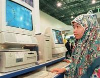 <p>Imamgine d'archivio di una malese impegnata a navigare sul web. MALAYSIA MULTIMEDIA</p>