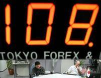 <p>Immagine d'archivio di un tabellone con una quotazione dollaro/yen in una società di brokerage a Tokyo. REUTERS/Yuriko Nakao YN/PN</p>