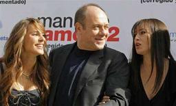 <p>L'attore Carlo Verdone (al centro) fra le attrici Elsa Pataky (sinistra) e Monica Bellucci (destra) in una foto d'archivio. REUTERS/Victor Fraile (SPAIN)</p>