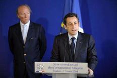 <p>O presidente francês Nicolas Sarkozy (dir) discursa durante cerimônia em Toulon. Sarkozy disse na terça-feira que tiraria conclusões dos resultados das eleições locais de domingo que, espera-se, trarão perdas para o UMP, partido de centro-direita do presidente. Photo by Philippe Wojazer</p>