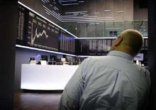 <p>Un trader alla borsa di Francoforte. REUTERS/Kai Pfaffenbach</p>