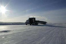 <p>A truck makes its way along the Tibbett-to-Contwoyto road, a 600 km (375 miles) path over lake ice that serves as the sole overland supply route to Canada's diamond industry, in the Northwest Territories February 14, 2008. REUTERS/Cameron French</p>