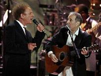 <p>Paul Simon (R) and Art Garfunkel perform at a show celebrating the music of Paul Simon at the Warner Theater in Washington, May 23, 2007. REUTERS/Jason Reed</p>