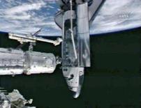 <p>O ônibus espacial Endeavour é visto em imagem, da NASA se acoplando à Estação Espacial Internacional. na quarta-feira. O Endeavour atracou na quarta-feira na Estação Espacial Internacional, a mais de 320 quilômetros de altitude, levando consigo um laboratório japonês. Photo by Nasa Tv</p>