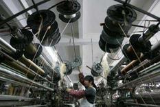 <p>Mulher trabalha na linha de produção de lenços para a exportação em Shaoxing, na China. A produção das fábricas do país  desacelerou mais que o esperado no primeiro bimestre do ano, diante da campanha de aperto monetário do governo e de nevascas. Photo by Aly Song</p>