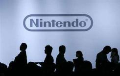 <p>la silhouette di alcuni giornalisti ad una conferenza stampa Nintendo. REUTERS/Yuriko Nakao (JAPAN)</p>