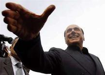 <p>Il leader del Pdl Silvio Berlusconi pronto a stringere una mano durante una manifestazione. REUTERS</p>