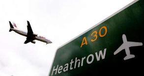 <p>Avião se prepara para pousar no aeroporto de Heathrow, em Londres.. Photo by Alessia Pierdomenico</p>