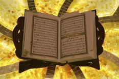 <p>Il Corano nella moschea di Abu Dhabi, 10 marzo 2008. REUTERS/Susan Baaghil</p>