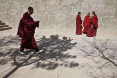 <p>Monges tibetanos conversam no monastério de Kumbum Monaster, em Qinghai. Photo by Nir Elias</p>