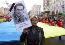 <p>Марш в Киеве в память независимого журналиста Георгия Гонгадзе, 15 сентября 2001 года. Украинский суд вынес приговор по убийству независимого журналиста, которое произошло в 2000 году и потрясло весь мир. REUTERS/Gleb Garanich</p>