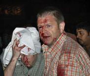 <p>Feridos são levados a hospital após explosão de bomba em restaurante em Islamabad, neste sábado. Photo by Reuters</p>