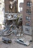 <p>Um guindaste de construção caiu em um prédio residencial em Manhattan neste sábado, matando pelo menos duas pessoas e ferindo várias outras, informou o departamento de bombeiros de Nova York. Photo by Chip East</p>