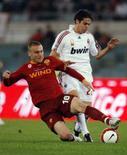 <p>De Rossi (esquerda) disputa bola com Kaka em partida em que a Roma venceu o Milan neste sábado. Photo by Chris Helgren</p>