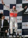 <p>Lewis Hamilton festeggia la vittoria al Gp di Melbourne, Australia, il 16 marzo 2008. (AUSTRALIA)</p>