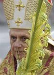 <p>Papa Benedetto XVI tiene in mano una foglia di palama oggi durante la messa a San Pietro. REUTERS/Maurizio Brambatti/Pool</p>