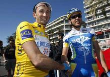 <p>Il vincitore della Parigi-Nizza Davide Rebellin (sinistra) mentre stringe la mano ad un altro ciclista italiano, Rinaldo Nocentini. REUTERS/Eric Gaillard (FRANCE)</p>