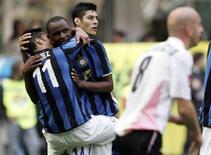 <p>Il giocatore dell'Inter Patrick Vieira (2ndo da sinistra) viene abbbracciato dal compagni di squadra Luis Antonio Jimenez per festeggiare il gol segnato contro il Palermo. REUTERS</p>