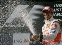 <p>Lewis Hamilton, da McLaren, conseguiu evitar o caos dos acidentes ao seu redor e abriu a temporada 2008 da Fórmula 1 com uma vitória retumbante no Grande Prêmio da Austrália deste domingo, liderando desde a largada até a bandeirada final. Photo by Steve Holland</p>