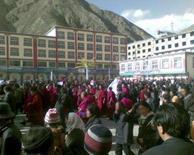 <p>Monges e manifestantes participam de protesto em Amdo Labrang, no nordeste do Tibet. A China suspendeu autorizações de viagens de estrangeiros ao Tibet por 'preocupações com a segurança', informou a mídia estatal, e tropas bloquearam a capital Lhasa para tentar impedir a repetição dos episódios de violência de sexta-feira, os mais sérios em duas décadas. Photo by Reuters (Handout)</p>