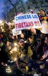 <p>Ativistas pró-Tibet fazem protesto diante de embaixada da China em Paris, neste domingo. Photo by Philippe Wojazer</p>