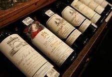 <p>Bottiglie di vino pregiato in vendita presso un'enoteca di San Francisco, California. Gennaio 2008. REUTERS/Robert Galbraith</p>