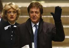 <p>El ex Beatle, Paul McCartney, y su abogada Fiona Shackleton, arriban al Tribunal Supremo en Londres (17-03-08). El cantante que perteneció a los Beatles Paul McCartney recibió una orden el lunes de pagar a su ex esposa Heather Mills una cantidad de 24,3 millones de libras esterlinas (48,7 millones de dólares) tras una reñida batalla de divorcio. Photo by Kieran Doherty/Reuters</p>