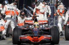 <p>O piloto Lewis Hamilton da McLaren dá partida após pit stop durante o Grande Prêmio da Austrália. A McLaren está preparada para enfrentar uma recuperação da Ferrari no Grande Prêmio da Malásia do próximo fim de semana, após o pior início de temporada dos atuais campeões em 16 anos. Photo by Pool</p>
