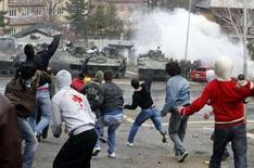 """<p>Сербские демонстранты забрасывают камнями натовские танки во время протестов в городе Митровица, 17 марта 2008 года. Россия и Сербия ведут консультации о совместных шагах по прекращению """"всех форм насилия в отношении косовских сербов"""", говорится в заявлении исполняющего обязанности премьер-министра Сербии Воислава Коштуницы. (REUTERS/Marko Djurica)</p>"""