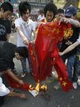 <p>Dalai Lama desperta reverência e frustração entre tibetanos. Manifestantes tibetanos queimam bandeira chinesa em protesto em Nova Delhi. Os líderes dos protestos ocorridos no Tibet afirmaram estar decepcionados com a postura conciliadora adotada pelo Dalai Lama. 17 de março. Photo by Adnan Abidi</p>