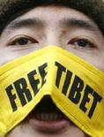 """<p>Мужчина с повязкой """"Освободите Тибет"""" на лице протестует около посольства Китая в Лондоне, 16 марта 2008 года.Китай сообщил в понедельник, что с большой сдержанностью отнесся к тибетским протестам, которые, по мнению официального руководства страны, были инициированы последователями духовного лидера Тибета Далай Ламы накануне Олимпиады в Пекине. (REUTERS/Luke MacGregor)</p>"""
