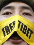 <p>Homem cobre face com faixa com os dizeres 'Free Tibet' (Libertem o Tibet) durante protesto em Londres. Um boicote aos Jogos Olímpicos de Pequim deste ano como resposta à repressão da China a manifestantes do Tibet não seria a resposta correta, disse a UE. Photo by Luke Macgregor</p>