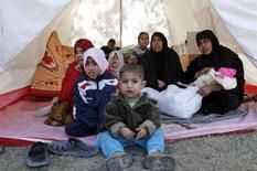 <p>Profughi iracheni vicino a Baghdad. REUTERS/Kareem Raheem (IRAQ)</p>