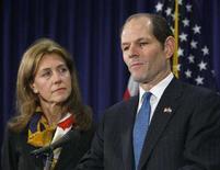 <p>Il governatore di New York Eliot Spitzer accanto alla moglie Silda Wall Spitzer annuncia le dimissioni a New York, il 12 marzo 2008. Ashley Alexandra Dupre, la squillo al centro dello scandalo sessuale che ha coinvolto Spitzer costringendolo alle dimissioni, ha visto crollare di 1 milione di dollari i potenziali guadagni che la fama appena acquisita le avrebbe potuto fruttare perché sono comparsi alcuni suoi vecchi video hard. REUTERS/Brendan McDermid</p>