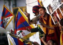 <p>Tibetanos exilados durante demonstrção anti-China, em Dharamsala. A China prometeu na quarta-feira que a tocha olímpica passará pelo Tibet, apesar dos distúrbios na região, e alertou contra protestos internacionais pela repressão, que devem marcar os Jogos de Pequim, em agosto. Photo by Arko Datta</p>