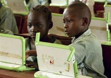 """<p>Alcuni bambini nigeriani a scuola ad Abuja con i pc del progetto """"One laptop per child"""". Reuters/Afolabi Sotunde (NIGERIA)</p>"""