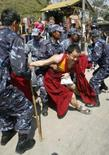 <p>China faz prisões por 'crimes graves' no Tibet. As autoridades do Tibet prenderam 24 suspeitos de 'crimes graves', depois que soldados dispersaram as manifestações contra o domínio chinês na região. 20 de março. Photo by Gopal Chitrakar</p>