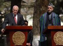 <p>Vice dos EUA visita Afeganistão antes de cúpula da Otan. O vice-presidente dos EUA, Dick Cheney, ao lado do presidente afegão Hamid Karzai, em Kabul. Cheney visitou o país antes de uma cúpula da Otan em que o governo dos EUA pedirá a seus aliados que enviem mais tropas àquele país. 20 de março. Photo by Ahmad Masood</p>