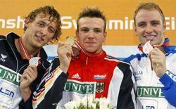 <p>Il tedesco Paul Biedermann (C), il francese Amaury Leveaux (L) e Massimiliano Rosolino sul podio della finale 200 metri stile libero agli Europei di Eindhoven. REUTERS/Damir Sagolj</p>