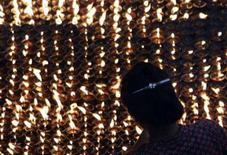 <p>Um tibetano acende velas em protesto na capital do Nepal, Katmandu, em 21 de março de 2008. Tibetanos na tensa província chinesa de Sichuan, no sudoeste do país, afirmaram que acreditam que a polícia matou várias pessoas em protestos contra a China. Photo by Gopal Chitrakar</p>